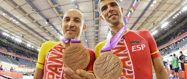 tandem-mostrando-medalla-bronce