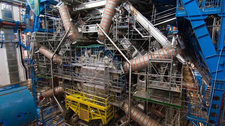 O sistema magnético no detetor ATLAS do CERN inclui 8 ímanes enormes supercondutores (tubos de cor cinza)