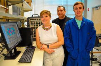 Mihrimah Ozkan, Cengiz Ozkan e Zachary Favors no seu laboratório.