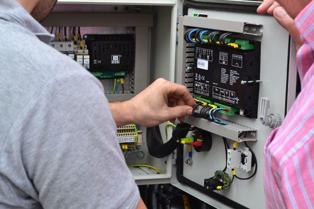 No interior da central de controlo_DSE-6020-MKII