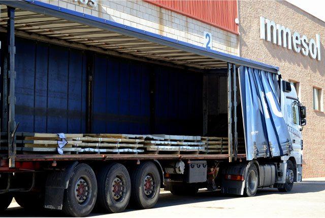 Transporte de chapas de aço às quais se submete ao processo de perfuração.