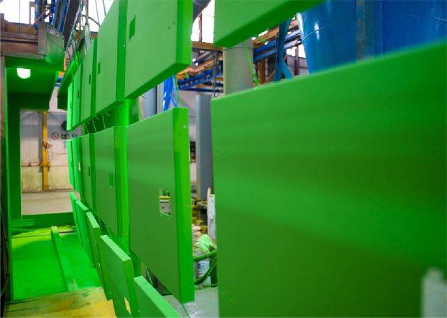 Peças de carroçarias Inmesol durante o processo de pintado.