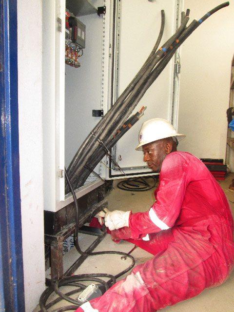 Um técnico de GES durante a instalação do grupo electrogéneo no aeroporto de Duala.