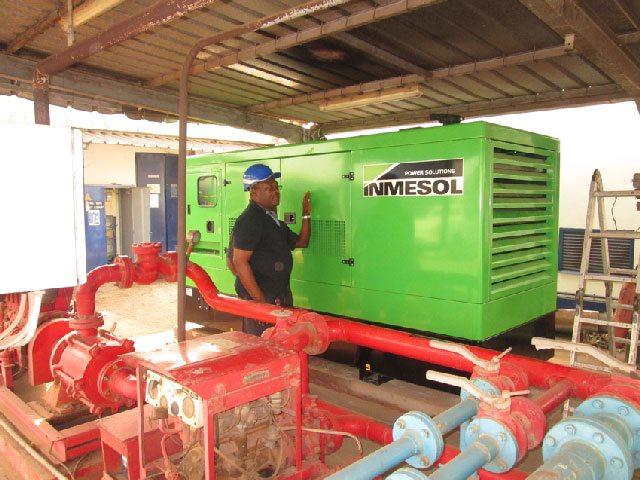 Um técnico de nosso distribuidor em Camarões a supervisionar a instalação do grupo electrogéneo.