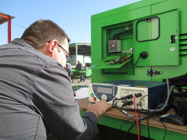 É aplicada uma tensão de 500 Vdc a utilizar um multímetro digital.