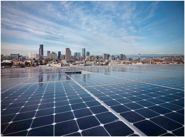 Painéis solares no telhado do edifício.