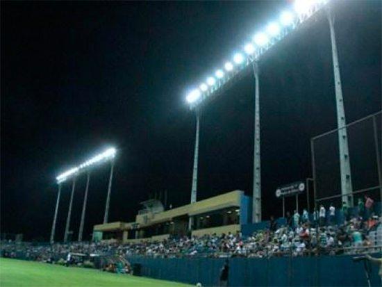 Estadio Dr. Nicolás Leoz iluminado durante la celebración de un partido. Foto perteneciente a la API (Asociación Paraguaya de fútbol)