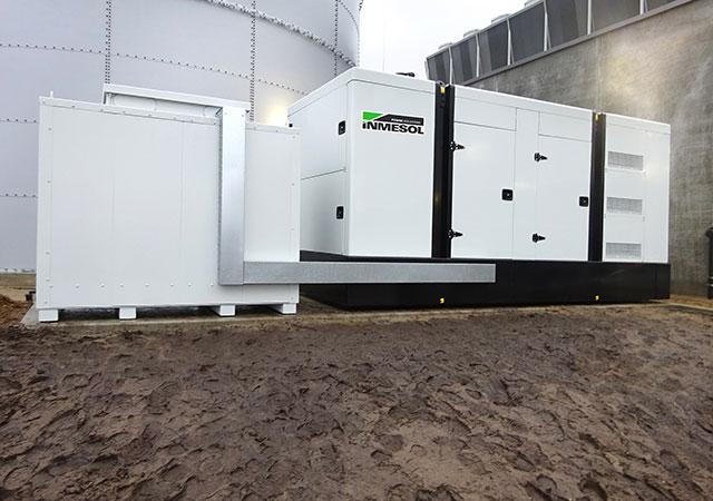 Grupo electrogéneo INMESOL IV‐700 instalado no exterior do Centro logístico para refrigeração de produtos de leite na BAIXA SAXÓNIA, ALEMANHA