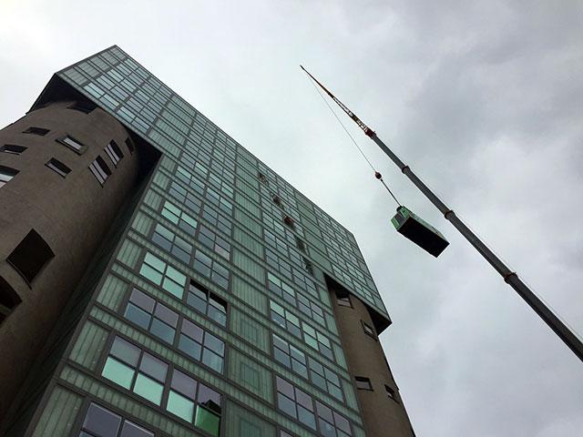 Grupo electrogéneo INMESOL IV-110 subindo até ao telhado do edifício