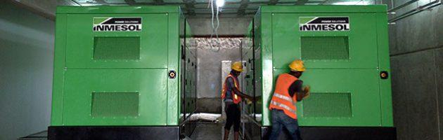 Os dois grupos electrogéneos de 1010 KVA LTP recém-instalados na cobertura do Hospital Central Las Colinas