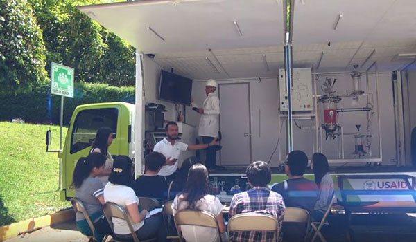 """Alunos assistindo à explicação da geração de biodiesel no """"Steam Truck"""""""