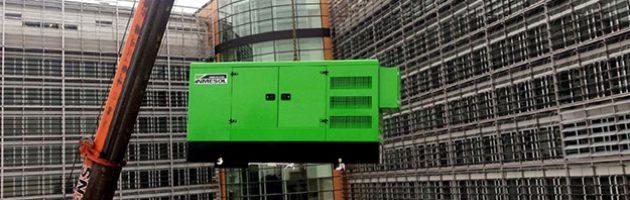 Grupo eletrogéneo de emergência INMESOL modelo II-110, a ser elevado até ao telhado de Berlaymont