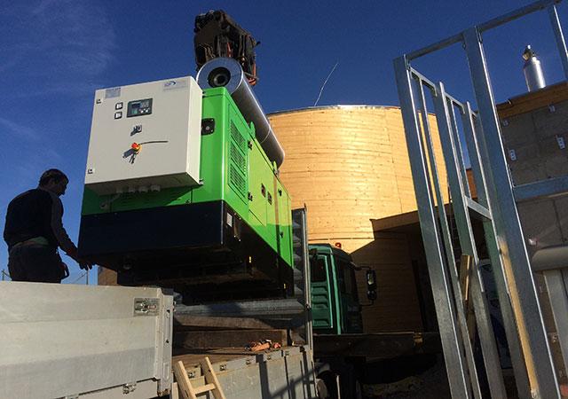 Grupo electrogéneo INMESOL modelo II-066 a chegar para ser instalado junto à Torre de Água