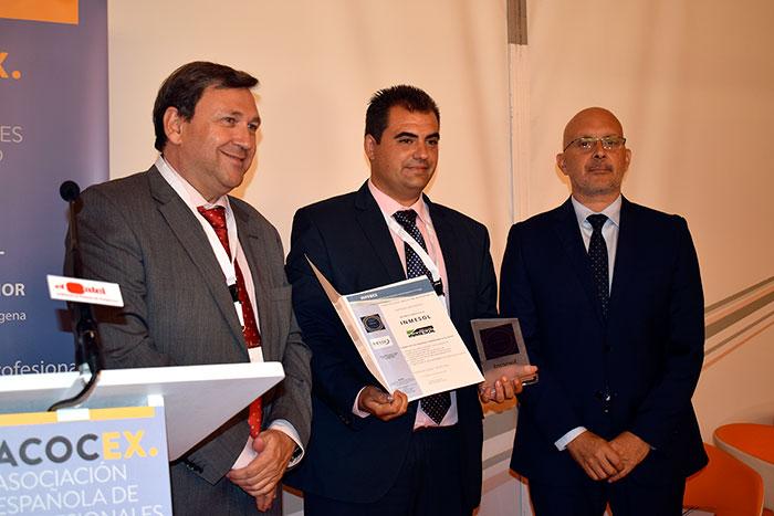 Ricardo Tejera Jiménez, Diretor SOLUNION de Área sudeste (direita) e Miguel Ángel Martín (esquerda) apresentam a distinção a Ramón Solano.